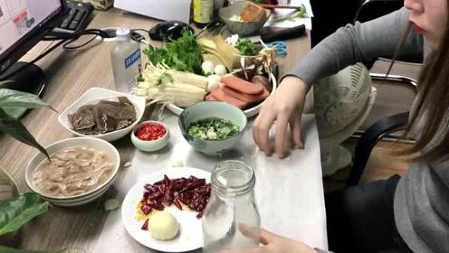 办公室小野:饮水机煮牛油火锅 香菜香葱油碟已备好