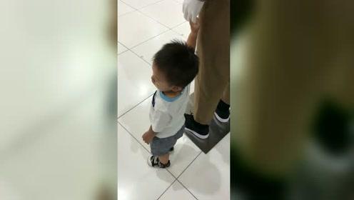 男童误以为商场假人模特是爸爸,紧紧牵住它的手