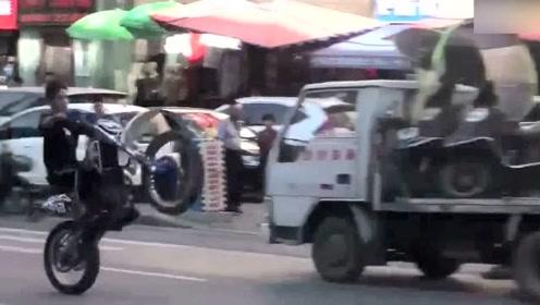这个小伙子太嚣张了,在大马路上秀起来车技!