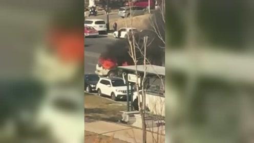 货车行驶中突然着火!司机逃生时忘拉刹车 溜车又烧到另一辆车