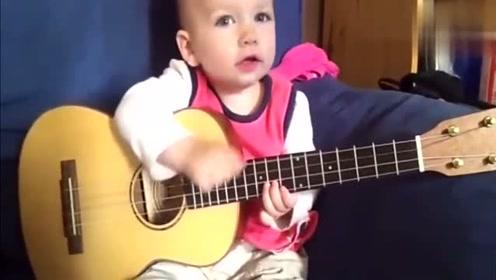 萌宝一边唱歌一边弹吉他,表情变化多端,真是招人喜欢了