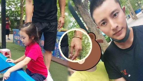 【近况】贾乃亮带甜馨公园玩耍 依旧戴着与李小璐的情侣手镯
