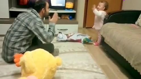 萌宝跟爸爸吵架,宝宝的动作把一旁的妈妈给乐坏了!