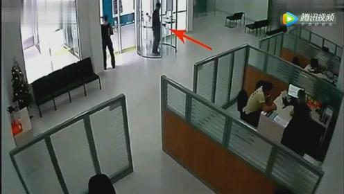 国外男子去银行抢劫,不曾想保安竟是个狠茬子,悲剧了