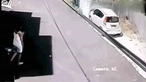 白衣美女招手顾客停车,司机的反应无语了!