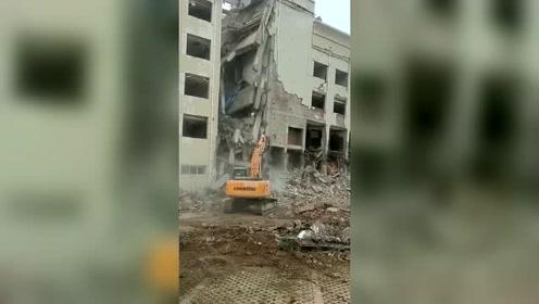 胆大的挖掘机拆楼,神反应救了自己