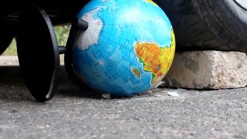 科技奇趣:将地球仪放在汽车车轮下碾压,泰山压顶能扛得住吗?