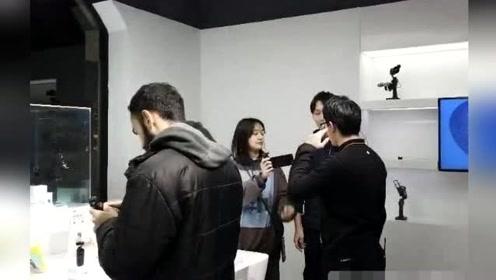 郑爽素颜与男友张恒逛街被偶遇,网友:小爽似邻家姑娘