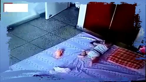 保姆把孩子放床上玩耍干家务,妈妈看孩子不对劲查看监控后崩溃了!