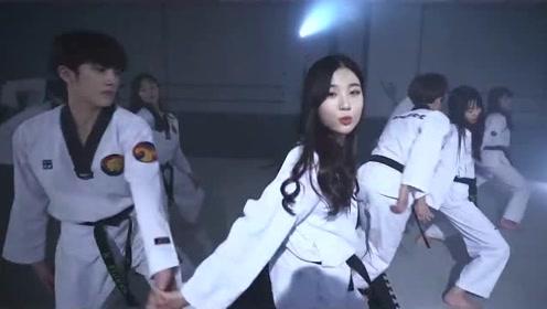 韩国跆拳道学生跳Bboom,学生的连环踢,好厉害,踢出了拳界新高度