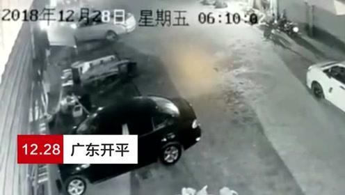 男子自家车库厕所点烟引发沼气爆炸 防盗门被炸飞多台车受损