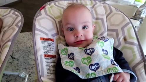 爸爸把五胞胎放到摇椅上,接下来宝宝们的反应各异,好可爱
