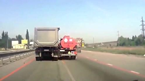 油罐车和大货车追尾,一个像碰碰车,一个像石柱子