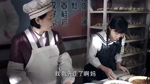 情侣在图书馆吃饺子秀甜蜜,旁人无语了