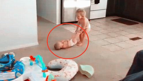 2岁姐姐陪2胎弟弟玩,不料接下来姐姐的动作,让爸妈都看愣了