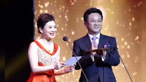 55岁朱军携49岁娇妻一同现身颁奖礼 互动默契十分恩爱