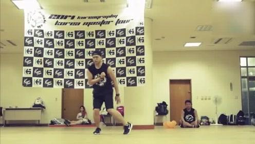 你们更喜欢群舞编舞,还是这个小哥哥自己的solo独舞?