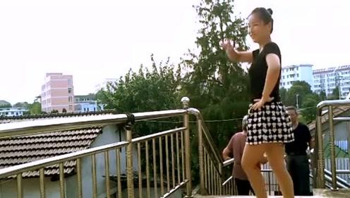 农村姑娘楼道上跳广场舞,没想到大妈大爷都上来围观了