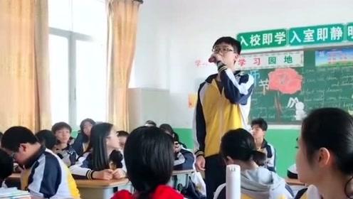 第一排的两位男同学,你两那干啥呢,这么美的歌声都吸引不了你吗?