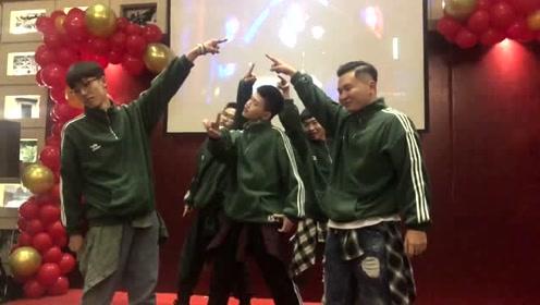 五位小哥哥在年会上的舞姿妖娆,引得现场呼声不断!C位厉害了!
