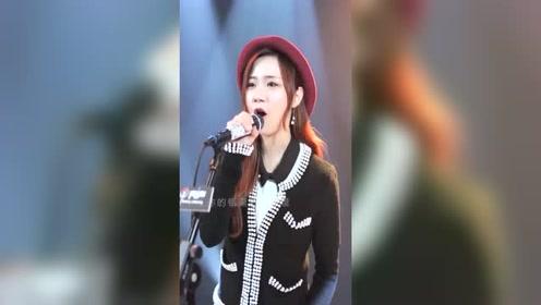 网红美女翻唱《都是你的错》人美声甜,却唱不一样的风格,好听
