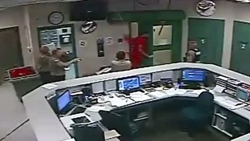 囚犯越狱卡进天花板 狱警不费吹灰之力等他掉下