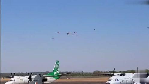 印度两架特技表演飞机空中碰撞坠毁,这啥质量啊?