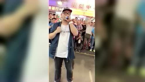 香港街头歌手翻唱《海阔天空》围观群众动情跟唱,泪目