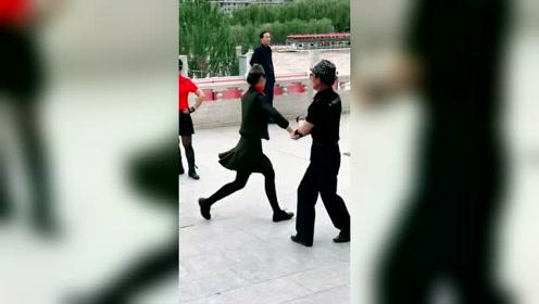 公园偶遇大爷大妈跳广场舞,这心态肯定很年轻吧!