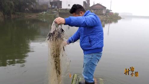 小鱼网能搞到大鲫鱼,这鱼网太牛了,300米渔网收货两斤小白条