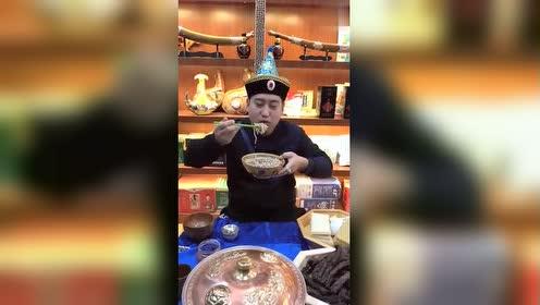 蒙古人的早餐,感觉桌子上的那盘牛肉不错,不知道味道怎么样!