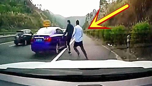 路怒司机遇上新手女司机,踹了一脚车门后,悲剧的画面被监控拍下