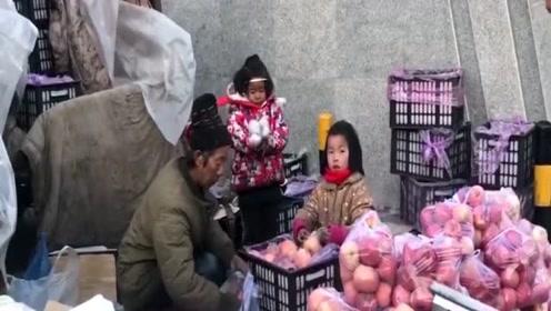 """八岁女孩街头帮父亲包装苹果 网友称""""熟练的让人心疼"""""""