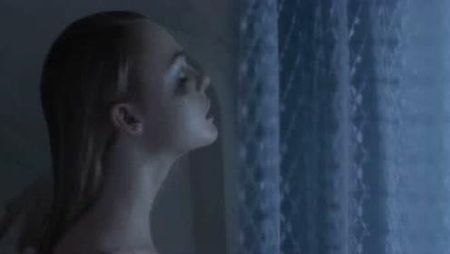 霓虹恶魔:女主在化妆师家洗澡,镜子面前,化妆师在补妆