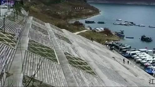 粗心司机没拉手刹,汽车一头扎进江湖
