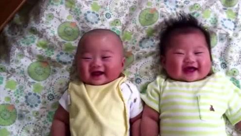 双胞胎小宝宝躺床上玩,被妈妈逗得咔咔大笑,好可爱的小肉球