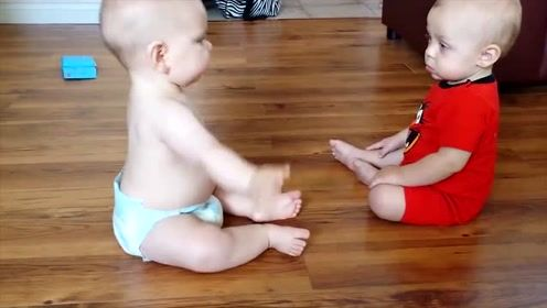 """双胞胎小宝宝用十级婴语""""吵架"""",气场了得,肉乎乎的太可爱了"""