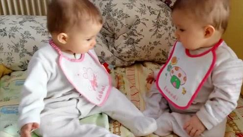 双胞胎小宝宝互相抢围嘴玩,这小脚丫也疯狂,太可爱了
