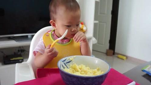 小宝一岁零四个月了,自己会大口大口的吃饭,好棒呀