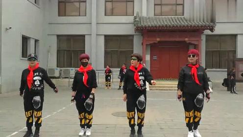 四位美女齐跳曳步舞,动作非常好看