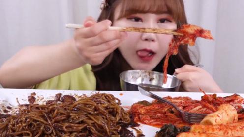 美食之韩式炸酱面 吃播妹子:搭配泡菜吃美容佳品!