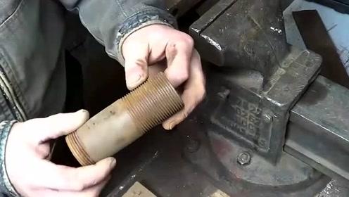 小伙把电钻钻头改造成刷子,用来刷钢管内部的铁锈,效果太棒了