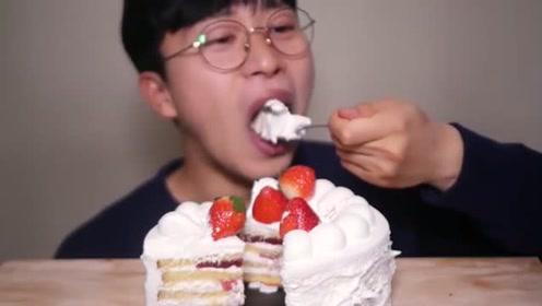 吃播大胃王:小哥哥吃奶油蛋糕,草莓口味的,真是香甜
