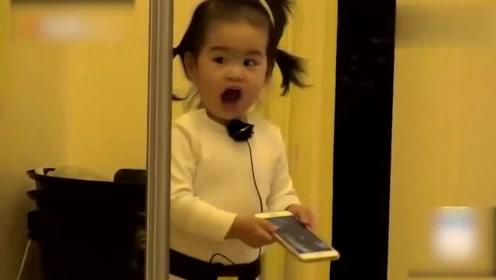 妈妈是超人:饺子遇到镜子就疯狂,卖萌撒娇收割姨母心