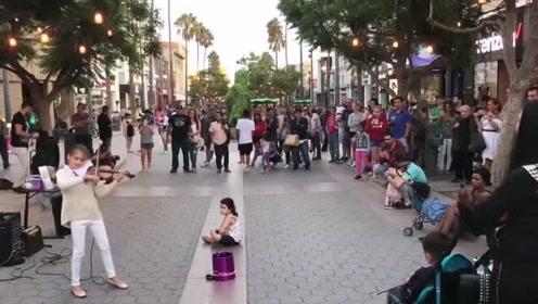 这才是真正的街头艺人!小姑娘小提琴一响,整条街安静了!