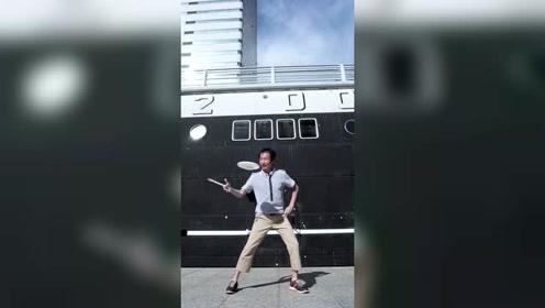 杂技演员户外飞盘表演 左右开弓旋转餐碟