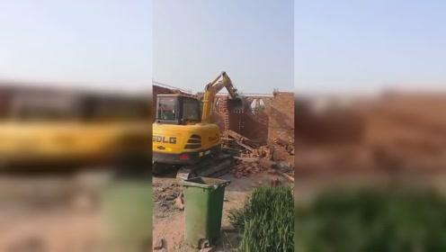 挖掘机推房子,一推倒一间