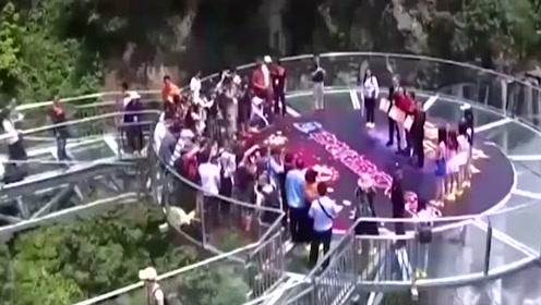 """河南玻璃桥变""""偷窥桥"""",不良现象频频爆出,管理员:真是变态!"""