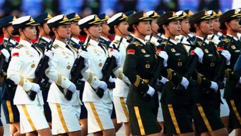 """中国阅兵有多""""牛""""?女兵一出场老外都坐不住了,也太整齐了吧"""