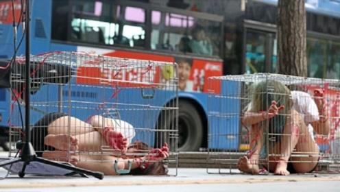 少女浑身是伤被关在笼子,街头群众纷纷围观,得知真相却拍手称赞